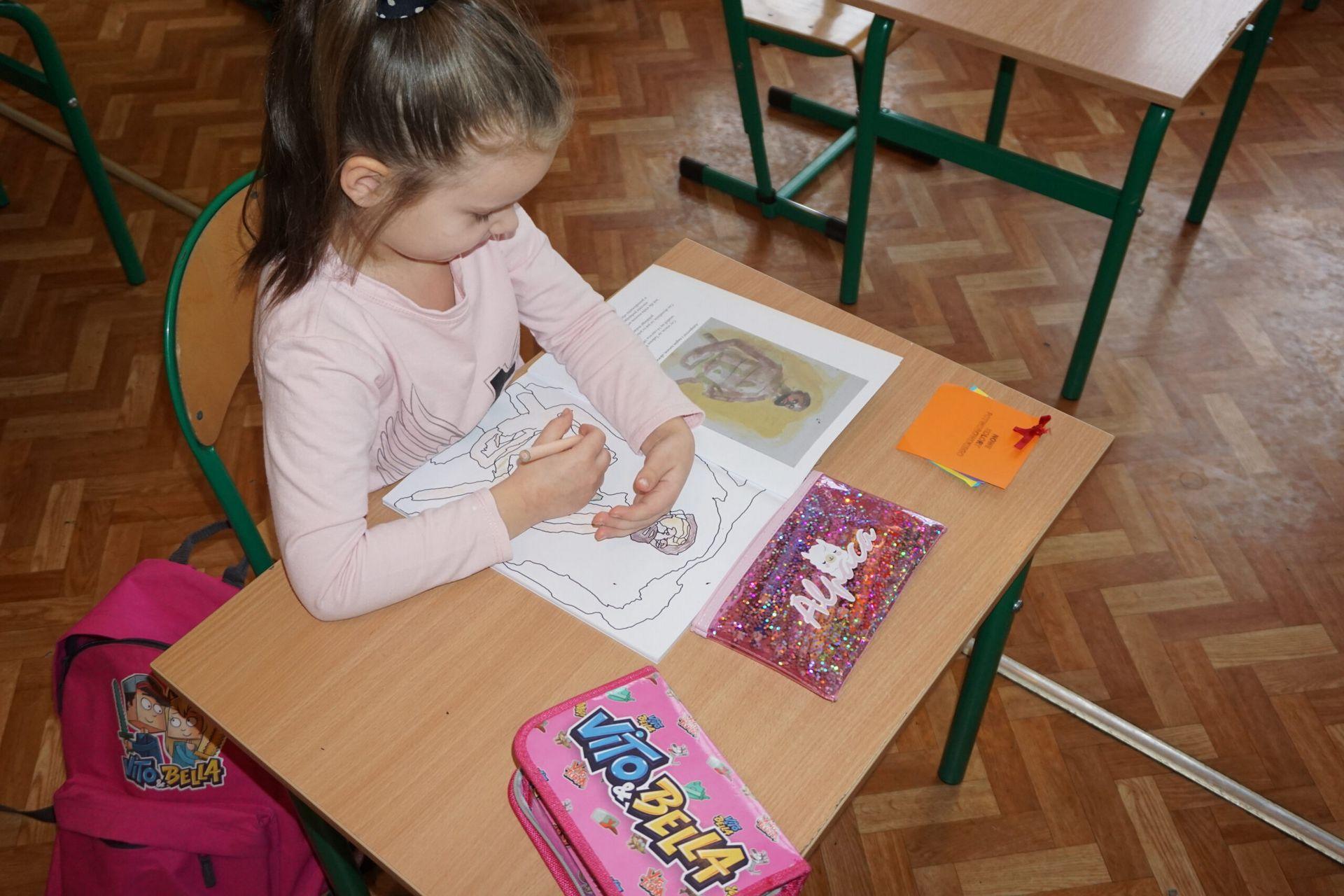 Fotografia dziewczynki rysującej obraz malarza Potworowskiego