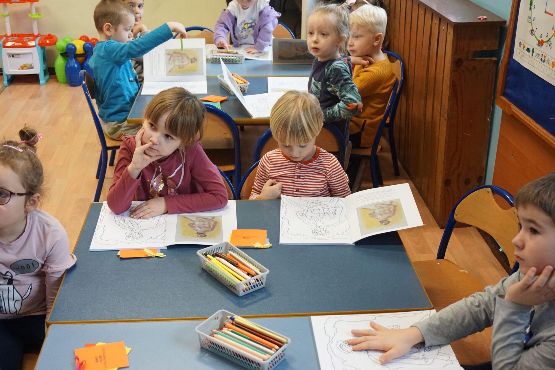 Fotografia grupy dzieci na warsztatach rozpoczynające warsztaty