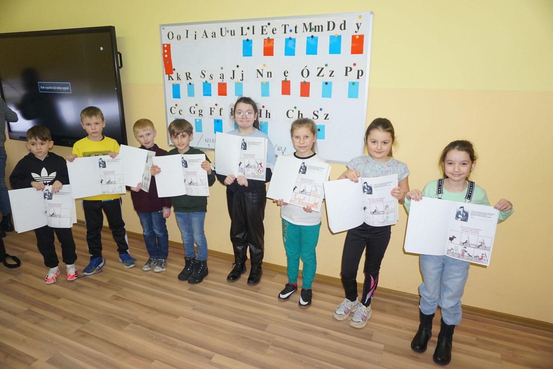 Dzieci prezentujące swoje prace podczas warsztatów o Potworowskim.