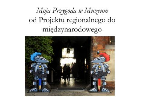 Plakat z napisem u góry Moja Przygoda w Muzeum od Projektu regionalnego do międzynarodowego w centralnej częsci brama po dwóch strona narysowane umundurowane postacie