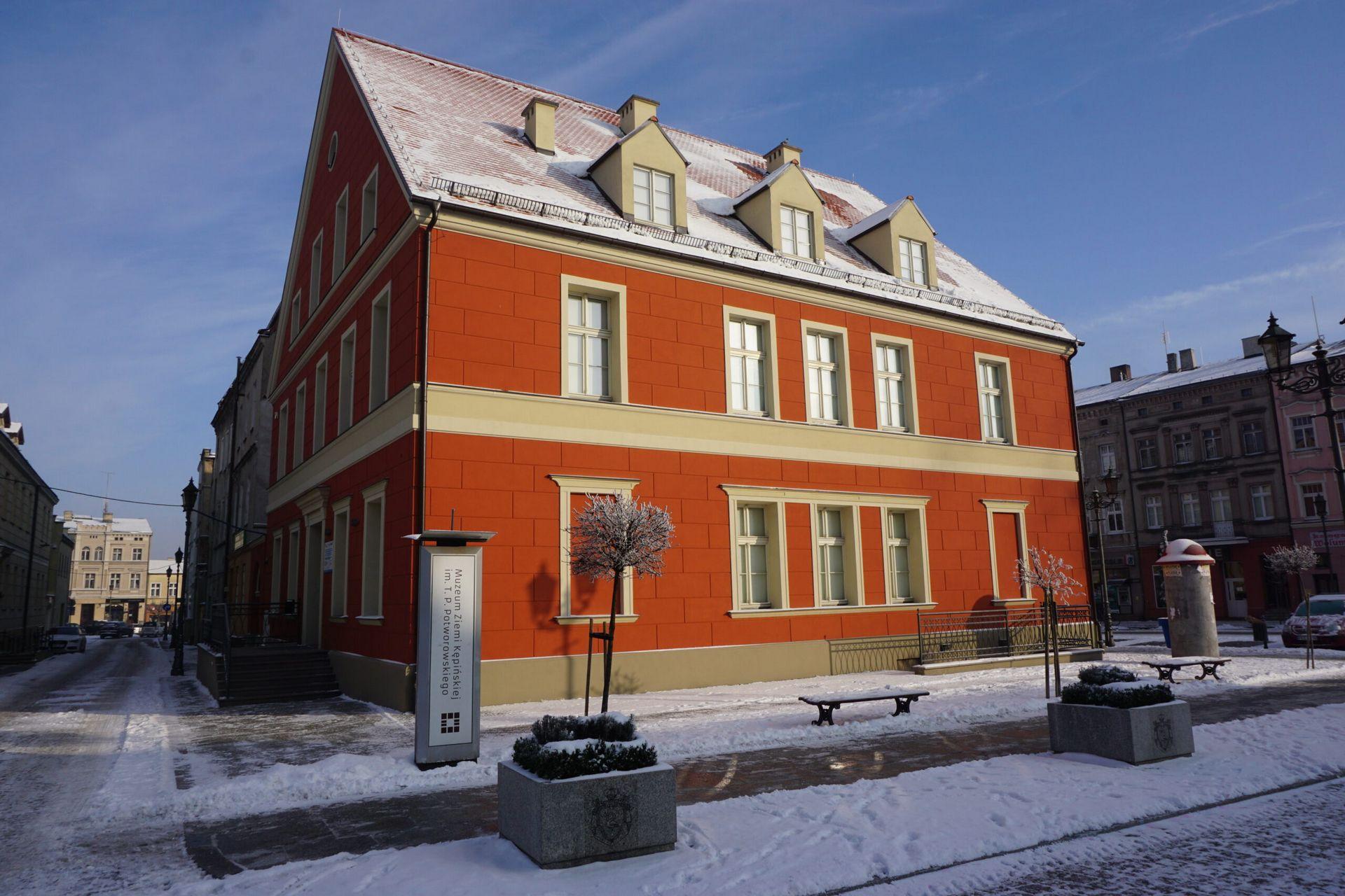Budynek muzeum w scenerii zimowej