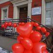 Zdjęcie kilku balanów w kształce serca w tele wejście do budynku muzeum
