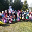 Fotografia z warsztatów wielkanocnych zdjęcie grupy przedszkolaków z jajkami niespodzianki