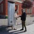 Dwie osoby przed budynkiem muzeum