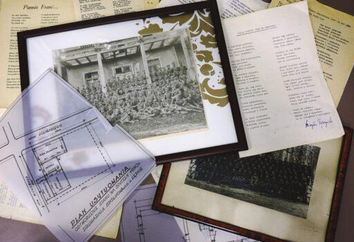 Różne dokumenty rozłożone na stole w centrum fotografie Mieczysław Depczyński w wojsku