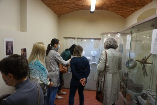 Wycieczka osób na wystawie etnograficznej w muzeum