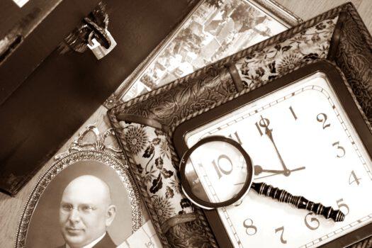 Zbiór różnych elementów w prawym rogu fotografia Wacława Kokocińskiego na środku lupa pod nią zegar