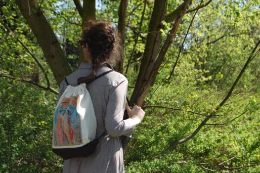 Wiosenna wędrówka po Kępnie osoba w parku z plecakiem muzealnym na nim obraz T. P. Potworowskiego