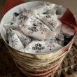 Grupa dzieci ustawiona w korytarzy przy planszach wystawienniczych