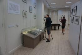 Fotografia dwóch Panów kręcących program w sali Tadeusza Piotra Potworowskiego