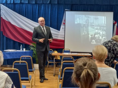 Wykład o kardynale Wyszyńskim na zdjęciu Marek Gadowicz przeprowadzający wykład