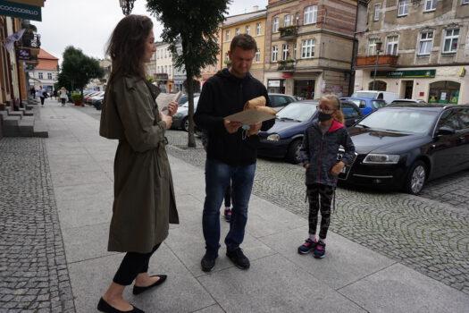 Promocja jednodniówki muzealnej wręczonej na rynku pieszym