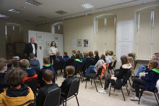 Wykład Marka Gadowicza w sali edukacyjnej muzeum w rzędach siedząca młodzież