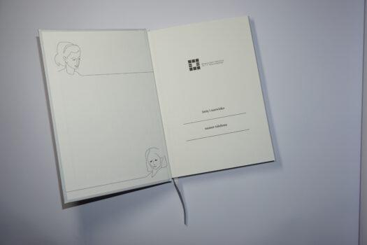 Otwwarty notes leżący na płasko po lewej stronie rysunki kobiety i po prawej u góry logo muzeum na środku dwie linie i nad nimi imię i naziwsko napis oraz numer kontaktowy